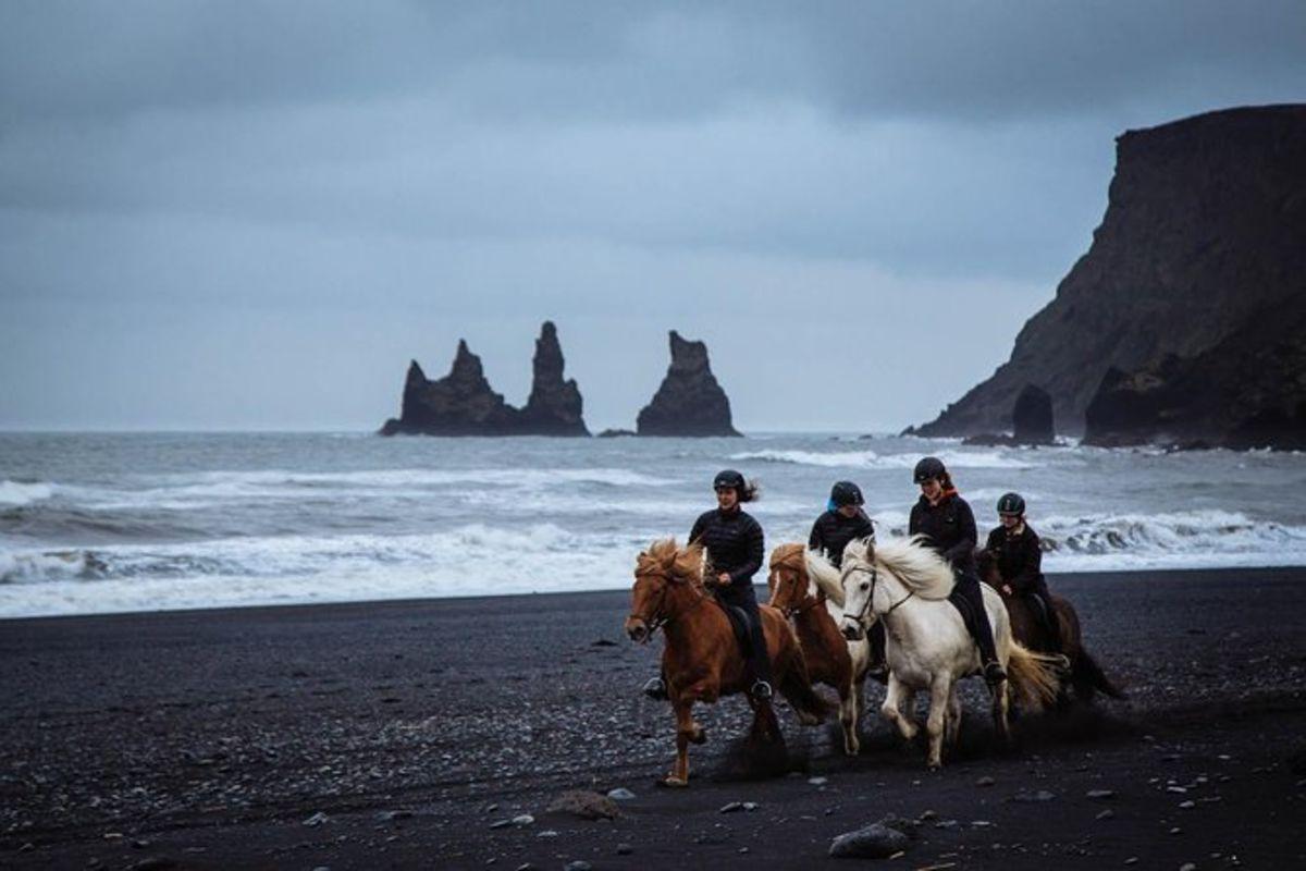 Excursion à cheval sur la plage de sable noir au départ de Vik